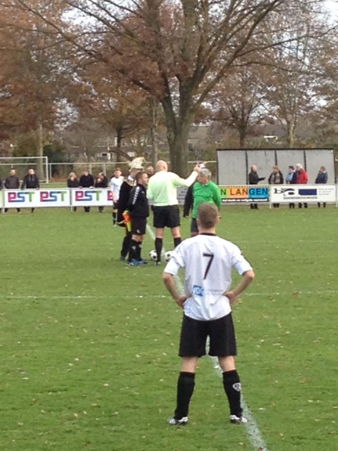 Aftrap Overasseltse Boys - Heumen wordt verzorgd door de prinsen carnaval van beide dorpen. Prins Jeroen wint, hij schiet de bal als eerste in de goal.