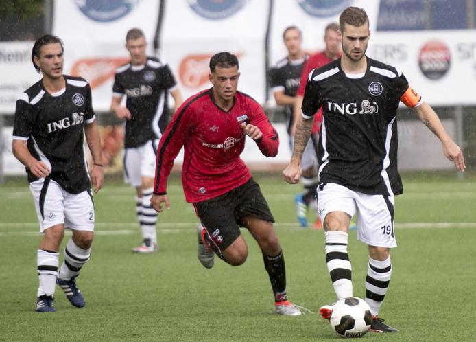 SML-aanvoerder Wesley Martens (rechts) controleert de bal.