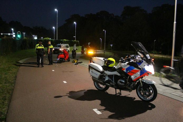 De scooterrijders knalden op de Energieweg tegen elkaar aan.