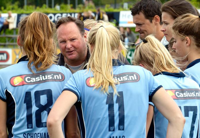 Coach Anthony Potter spreekt de speelsters van Nijmegen toe in de play-offs tegen Victoria.