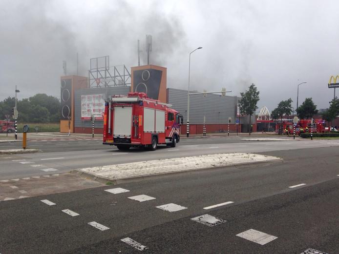 De brandweer is met groot materieel uitgerukt naar Club Monte Carlo aan de Wijchenseweg.