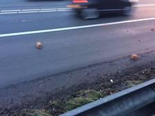 Stenen op toerit A12 bij Ede: 'Zet lading vast'