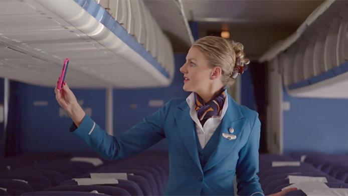 Een KLM-stewardess houdt een gevonden gsm omhoog in het promotiefilmpje voor het vandaag gelanceerde Lost & Found team van de luchtvaartmaatschappij.