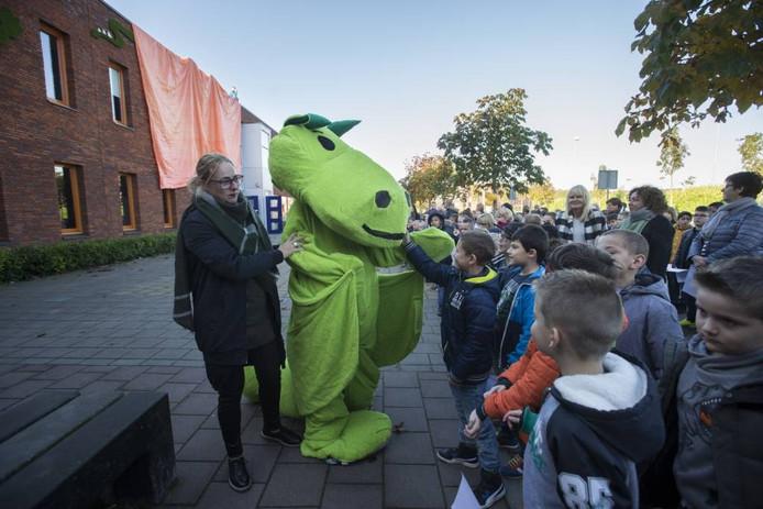 De draak Poortje op het schoolplein van De Schilderspoort.