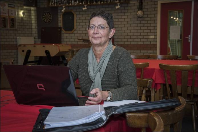 Duizendpoot Carla Bus aan het werk in de kantine van Achates. Foto Theo Peeters