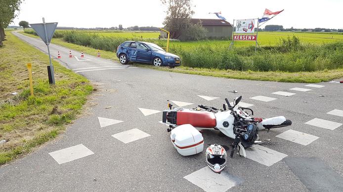 De motorrijder klapte op de zijkant van de auto.
