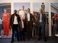 Reusachtige mannen bezoeken 'Reus van Rotterdam'