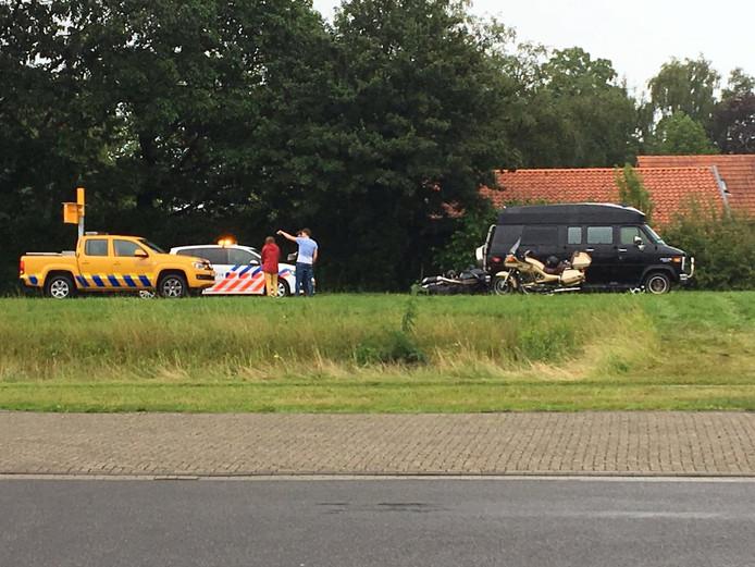 De motorrijder raakte gewond toen hij achterop een stilstaand busje reed.