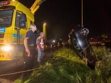 Automobilist ontwijkt konijn en rijdt kanaal in