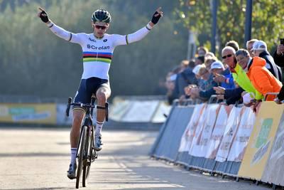 Van Aert profiteert van val Van der Poel en wint in Boom