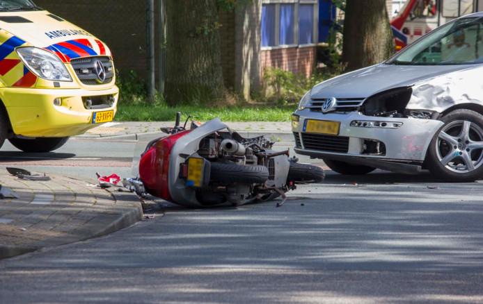 De auto en de scooter liepen schade op bij de aanrijding.