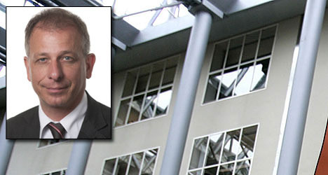 PVV-Tweede Kamerlid Wim Kortenoeven (inzet) liet de vlag minstens een half jaar voor z'n raam hangen. FOTO ANP