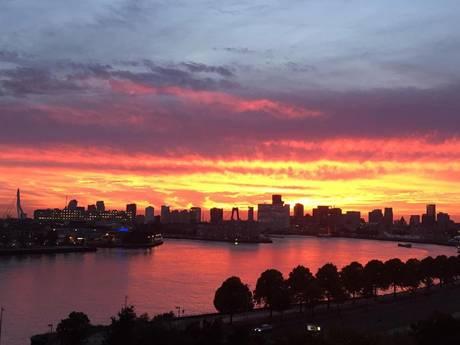 Prachtig avondrood brengt Rotterdammers in vervoering