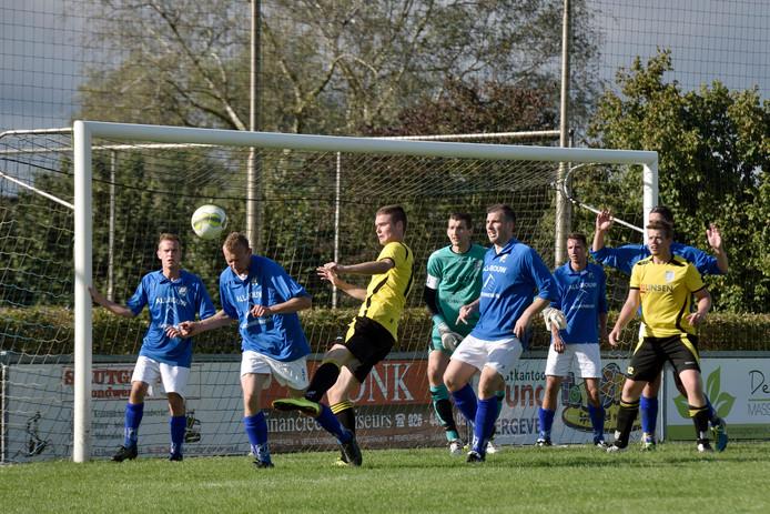 Bal wordt weggewerkt voor het Doornenburgse doel in de derby tussen GVA en HAVO.