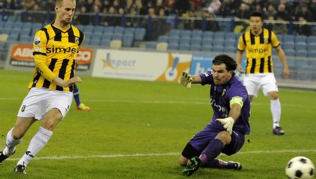 Vitesse-doelman Piet Velthuizen (midden).