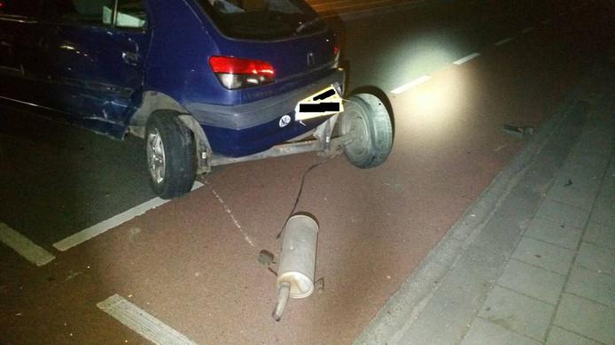 De auto raakte flink beschadigd bij het ongeluk.