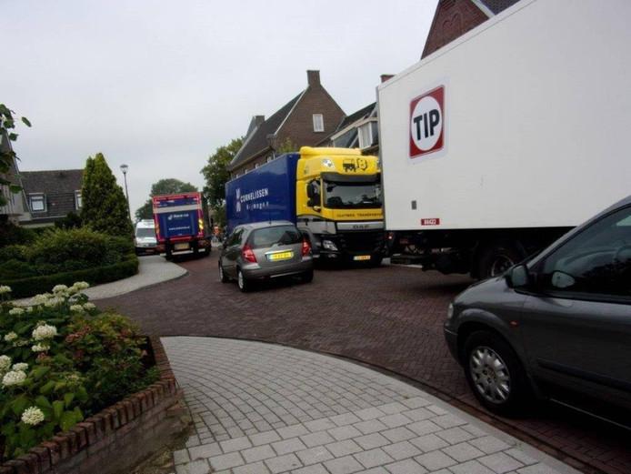 Lastige situaties voor de winkels en horeca aan de Valburgseweg. foto: wijkplatform Elst-Zuid