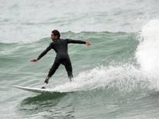 Man zonder been surft weer uit wraak op haai die hem aanviel