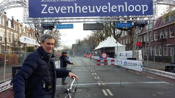 Zevenheuvelenloopdirecteur Ronald Veerbeek op de Groesbeekseweg.