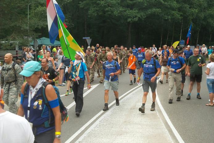 Wandelaars passeren St. Walrick.