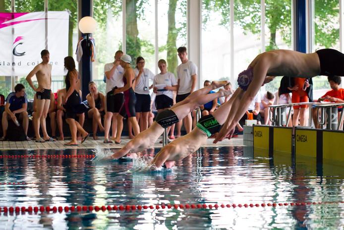 Studenten van het CIOS begeleiden een zwemactiviteit in zwembad Valkenhuizen.