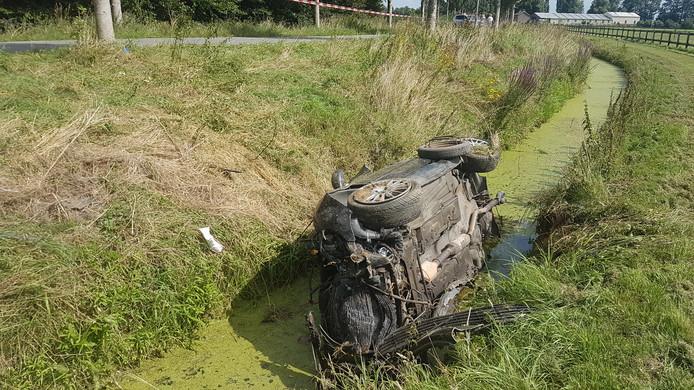 De auto raakte van de weg en kwam in een naastgelegen sloot tot stilstand.