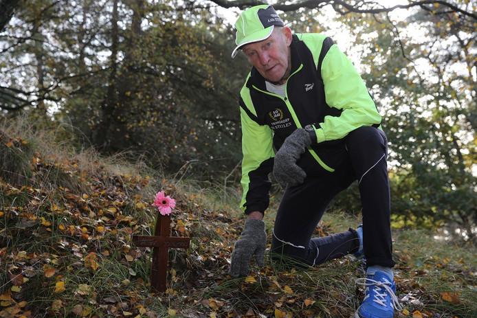 Aad Steylen bij het kruis voor Alex Wiegmink op de Posbank, dat in januari wordt begraven.