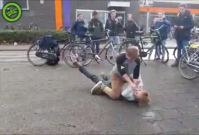 De vechtende scholieren in Arnhem.