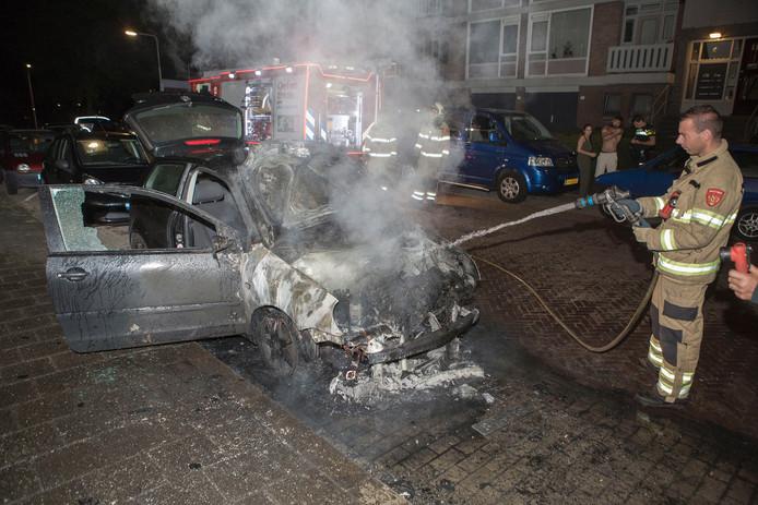 Een auto aan de Hoge Waard in de Arnhemse wijk Presikhaaf ging in vlammen op. De eigenaar wilde hem de volgende dag verkopen.