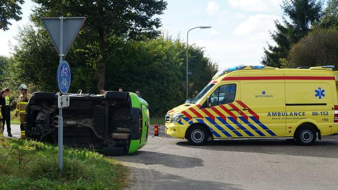 Bij de aanrijding op de Oude Dinxperloseweg in Silvolde is één van de voertuigen op de zijkant beland.