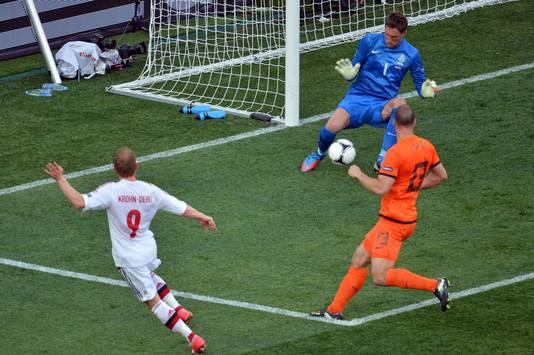 Michael Krohn-Dehli (links) scoort tegen Nederland. De bal gaat door de benen van keeper Maarten Stekelenburg. Ron Vlaar is te laat.