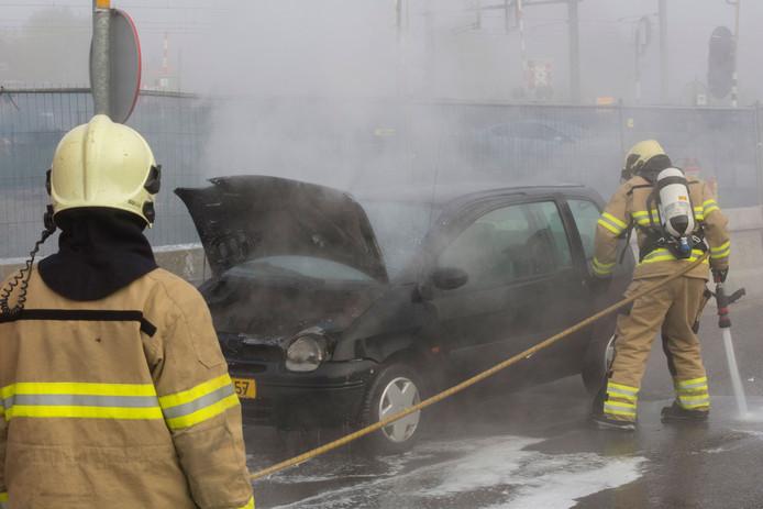 Door de autobrand stond op de Burgemeester de Bruinstraat in Dieren enige tijd vast.