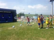 Voetballen in het zonnetje en op de foto met de spelers