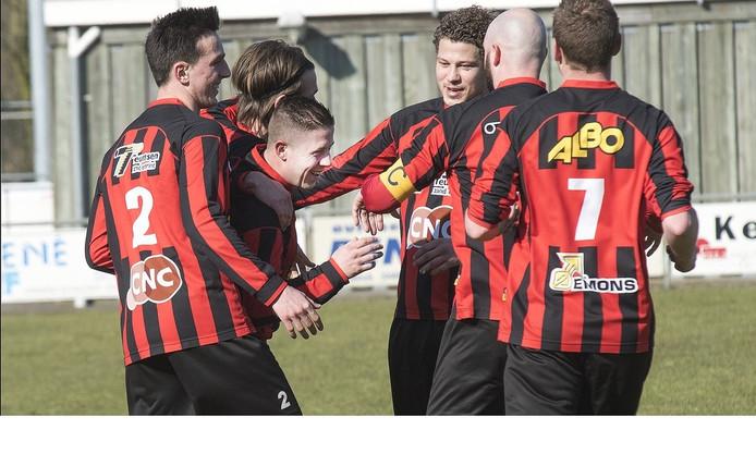 Spelers van Milsbeek bejubelen Jimmy Brons (tweede van links) na een van zijn doelpunten.