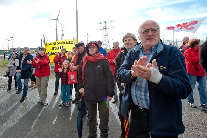 Actievoerders demonstreren tegen de komst van de nieuwe kolencentrale van RWE/Essent. De bouw van de 2,6 miljard euro kostende centrale is inmiddels af.