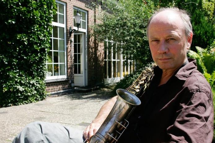Guus Tangelder in zijn tuin in Ellecom.