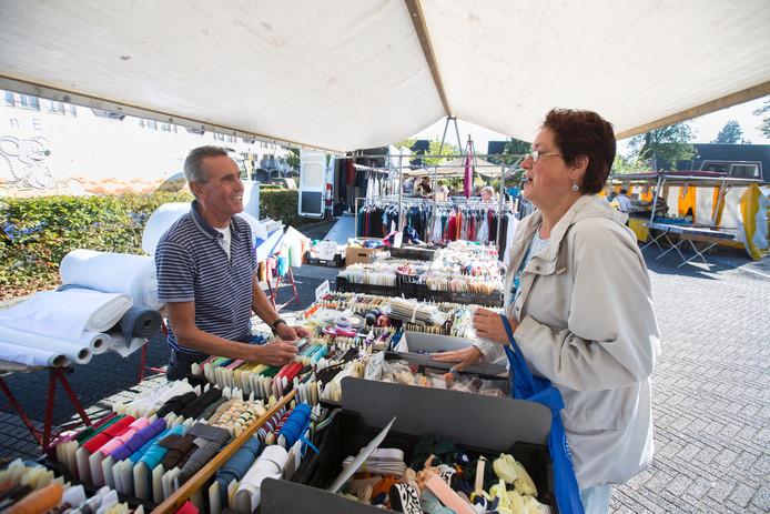 Marktkoopman Nico Kroon heeft zijn fournituren voor het laatst uitgepakt op de weekmarkt aan de Thuvinestraat. De zaken gaan niet goed genoeg.