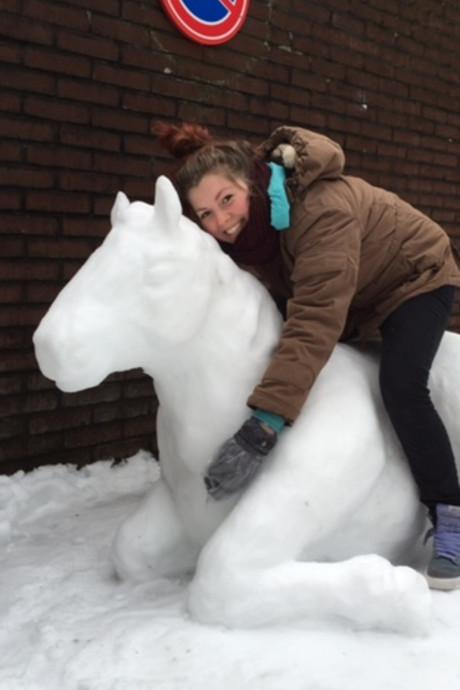 Satya boetseert een paard van sneeuw in Doorwerth