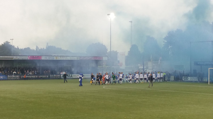 De spelers van GVVV en VVSB komen het veld op. Foto: Twitter.com/GVVV