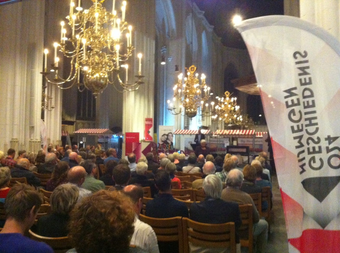 Een bomvolle Stevenskerk bij de opening van het geschiedenisweekeinde in Nijmegen.
