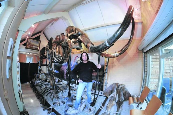 Bart Schenning bij het skelet van zijn mammoet.