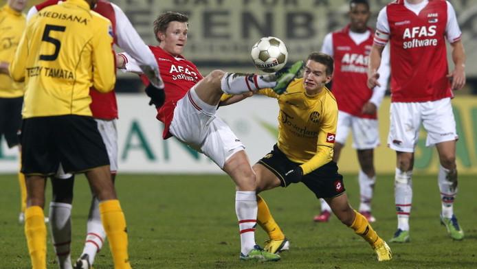Amin Affane (midden, met het gele shirt) in duel met AZ-speler Mattias Johansson.