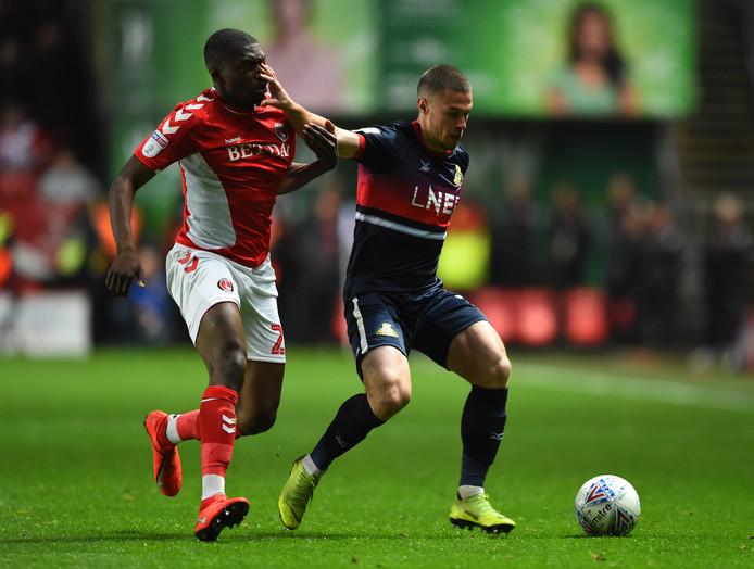 Anfernee Dijksteel in duel met Tommy Rowe van Doncaster Rovers.