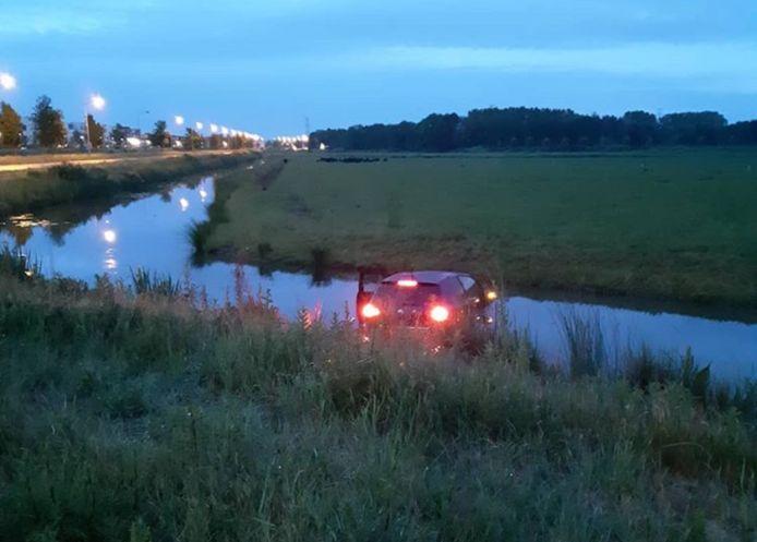 Automobilist eindigt met auto in sloot in Rosmalen.