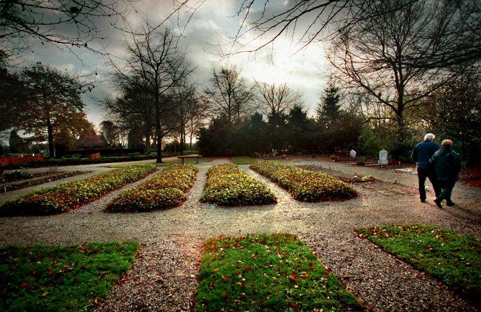 Hier in Soest is een klein deel van de begraafplaats ingericht voor islamitische graven. In de vier begroeide banen liggen allemaal kinderen.