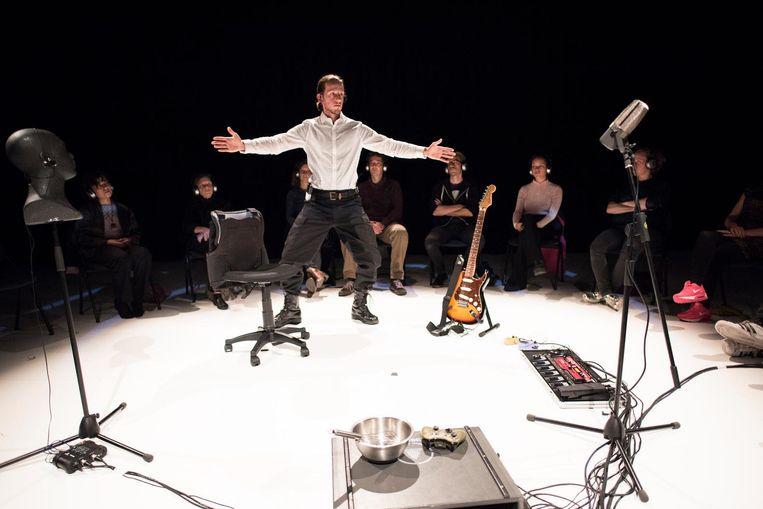 Tijdens de muzikale voorstelling Breivik zit het publiek in een kring. Beeld Annelies Verhelst
