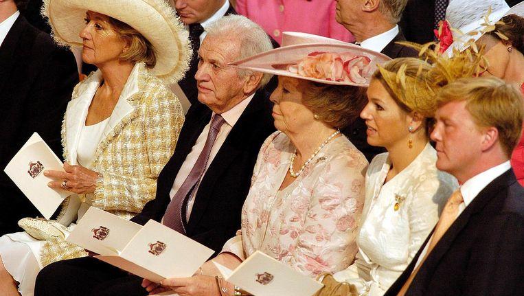 Jorge Zorreguieta met zijn vrouw, toenmalig koningin Beatrix, Máxima en Willem-Alexander bij de doop van Amalia in 2004 Beeld Reuters
