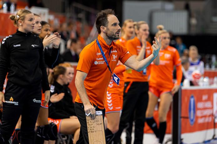 De Franse coach Emmanuel Mayonnade bereikt op zijn eerste grote toernooi direct de WK-finale met Oranje.