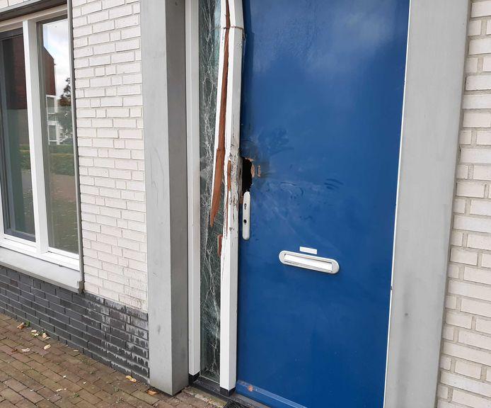 De beschadigde deur van de woning in de Dijkmanshuizenstraat.