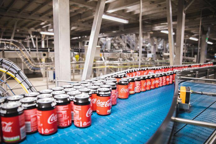 In de Gentse Coca-Colafabriek rollen jaarlijks miljoenen liters frisdrank van de band.